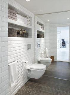 carrelage métro blanc, porte miroir et carrelage de sol imitation bois dans la petite salle de bains