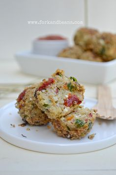 Quinoa, how do we love thee? Let us count the ways. Reason these Quinoa Bites, which taste like pizza! I think I would change this a bit but looks yummy. Vegan Vegetarian, Vegetarian Recipes, Healthy Recipes, Vegan Food, Yummy Recipes, Quinoa Pizza Bites, Quinoa Burgers, Healthy Snacks, Gastronomia
