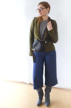 die EDELFABRIK | Fashionblog and Beautyblog from Germany | Ü40 Blog: Blaue Jeansculottes mit grauem Pullover und grüner...