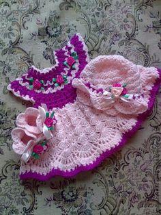 Комплект для девочек и кукол` Сказочница`. Яркий комплект для девочки 'Сказочница'. Комплект для маленькой принцессы состоит из сарафана, панамки и пинеточек. Все украшено цветками-розочками и лентами и связано без швов! Такой наряд подойдет для вашей… Girls Knitted Dress, Crochet Dress Girl, Crochet Baby Clothes, Crochet Girls, Crochet For Kids, Baby Blanket Crochet, Crochet Shawl, Baby Patterns, Crochet Patterns