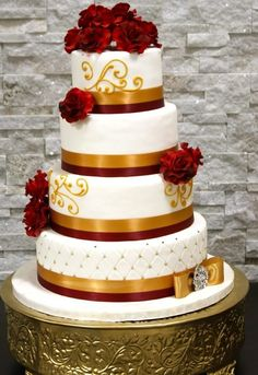 This is another great looking cardinal and gold themed wedding cake