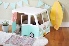 Surf's up cat lovers! We transformed a cardboard box into a vintage-style VW bus where kitties can jump and play and hang ten all day. Cardboard Bus, Cardboard Cat House, Cardboard Crafts, Victorian Dollhouse, Modern Dollhouse, Diy Jouet Pour Chat, Diy Cat Toys, Vintage Paper Dolls, Cat Furniture