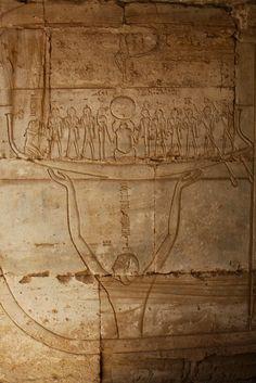 """Abydos, Osireion- Duodécimo registro del """"Libro de las puertas"""". El bote o barca del dios Sol (Ra) emergiendo de las aguas de Nun, quién soporta la barca."""