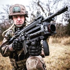 #HK416F (suite ) Le nouveau fusil d'assaut de l'armée de Terre destiné à remplacer le #FAMAS Il est présenté ici avec son lance-grenades de 40 mm amovible qui augmente sa puissance de feu Retrouvez-nous sur nos réseaux pour encore plus d'infos CCH Guillaume C/armée de Terre #armeedeterre #defense #defence #soldat #soldier #military #fusil #gun #machinegun #combat #hk416 #arme Police, Future Soldier, French Army, Army & Navy, Action Poses, Navy Seals, Swat, Special Forces, Rifles
