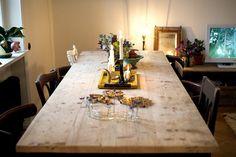 Elsa Billgren - Nattduksbord, saffranskaka och leopardmönstrade sängkläder Fine Dining, Dining Area, Dining Room, Dining Table, Home 21, Interior And Exterior, Interior Design, Inside Home, Wooden Tables