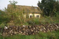gestapelde houtwal langs de tuin