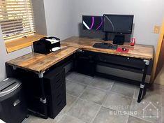 DIY Laminate Flooring Table Top Desk Source by simplifiedbldg Gaming Desk Diy, Custom Gaming Desk, Diy Office Desk, Diy Computer Desk, Home Office Setup, Wood Pallet Furniture, Pipe Furniture, Furniture Vintage, Desk Top Ideas