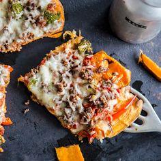Streiche das Mehl von deiner Einkaufsliste und setze dafür Süßkartoffeln drauf. Und zaubere einen Boden für deine Pizza, den du lecker belegen kannst.