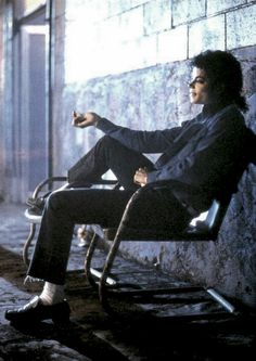These are some of the pictures and photos of the legendary Michael Jackson. The King of Pop will forever be the king, and these images embrace that. Invincible Michael Jackson, Michael Jackson Bad Era, Michael Jackson Wallpaper, Jackson Family, Jackson 5, Lisa Marie Presley, Paris Jackson, Elvis Presley, Love Dance