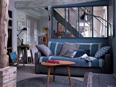 Des tonalités de bleu et de gris pour un salon cosy. Photographe : Patrick Van Robaeys.