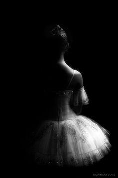Silhouette by Sergey Naufok black and white ballet ballerina portrait back. #Ballet_beautie #sur_les_pointes *Ballet_beautie, sur les pointes !*
