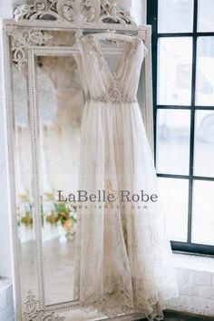 2017 Robes de mariée en tulle à col en V Une ligne avec train d'essuie-mains Applique et perles