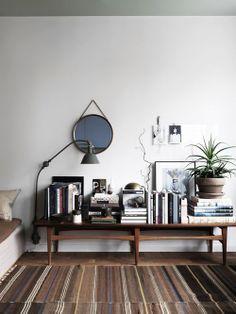 Aparador com livros e objetos, book case, lamp