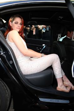 Kristen Stewart aparece toda formosa em novas fotos no caminho da premiere de Clouds of Sils Maria em Cannes, ontem (23). Babem pela diva: