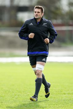 Richie Mccaw Photos Photos - Richie McCaw warms up during a New Zealand All Blacks training session at Hutt Recreation Ground on September 2015 in Wellington, New Zealand. - New Zealand All Blacks Training Session Richie Mccaw, Dan Carter, All Blacks Rugby, New Zealand Rugby, Rugby Players, Role Models, Abs, September 2, Sporty