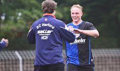 Bleibt dem SC Herford treu: Jörn Seifert (r.), der hier von Trainer Sascha Cosentino abgeklatscht wird, verlängerte seinen Vertrag beim Fußball-Westfalenligisten SC Herford. - Yvonne Gottschlich