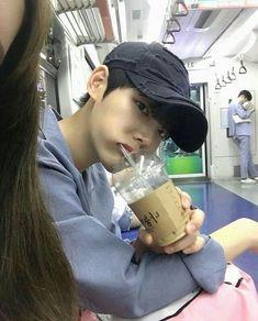This ulzzang looks like Taehyung Korean Boys Ulzzang, Cute Korean Boys, Ulzzang Couple, Ulzzang Boy, Asian Boys, Korean Girl, Asian Men, Vkook, Korea Boy