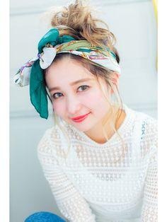今年の夏ファッションのトレンドといえばスカーフ。1本でアレンジ無限のスカーフを使ったヘア・コーデをご紹介します。バンダナ編み込みやポニーテールのヘアアレンジや、首巻きやベルトにも使える万能スカーフ。使い方をマスターして、夏のトレンドスタイルをおさえましょ♡