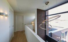 De designverlichting zorgt voor een bijzondere entree van de villa.