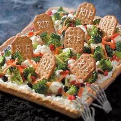 Graveyard Veggie Pizza: Scare your guests with this delicious, yet good-for-you addition to your next Halloween party! recipes for halloween Creepy Halloween Food, Hallowen Food, Halloween Party Snacks, Halloween Appetizers, Halloween Dinner, Halloween Goodies, Halloween Fruit, Snacks Für Party, Halloween Graveyard