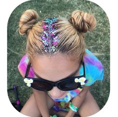 Summer Hairstyles : Tie-Dye Touch Step Up Your Sparkle Game With Glitter Roots Photos Festival Looks, Festival Hair, Festival Makeup, Glitter Roots, Glitter Hair, Glitter Bomb, Sparkles Glitter, Glitter Eyeshadow, Summer Hairstyles