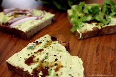 Rezept für leckere Avocado-Brotaufstriche - diese Woche auf dem Blog  #food #essen #schmeckt #foodblog #foodblogs #avocado #avocados #brotaufstrich #brotaufstriche #aufstriche #aufstrich #gesund #lecker #vegetarisch  #abendessen #essen Food Blogs, Diy Interior, Feta, Cheese, Healthy Suppers, Ginger Beard, Homemade, Handmade Home Decor