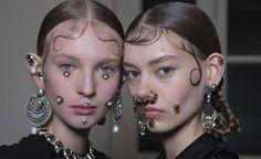 Schmuck young contemporary jewellery talent refreshes the Munich fair Makeup Art, Hair Makeup, Jheri Curl, Hair Kit, Face Jewellery, Dark Look, Runway Makeup, Gold Face, Beauty Makeup Photography