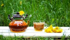 Dandelion root tea has the bitter rich flavor of coffee and it's detoxifying. Plus it supports weight loss. Learn how to make your own dandelion tea. Holistic Remedies, Natural Remedies, Dandelion Root Tea, Cancer Cure, Start The Day, Earthy, Tea Time, The Cure, Herbs