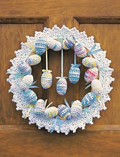 Wreaths for All Year: 12 Free Crochet Wreath Patterns! Holiday Crochet, Crochet Home, Easter Projects, Easter Crafts, Easter Ideas, Holiday Crafts, Crochet Gratis, Free Crochet, Easter Crochet Patterns