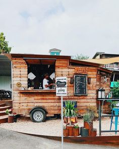 If you are visiting ATX you have to hit up as many food trucks as possible! We recommend getting the day started with a slow drip from @legendscoffee conveniently located next to the famous @franklinbbq (Photo captured by: @lickmycupcakes -killer profile! ) #fittnation #fittatx #austineats