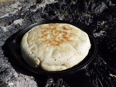 3 Simple 'Survival Breads' The Pioneers Made Without An Oven. Hoe cake ingredients: 1 cup flour 1 cup cornmeal 2 eggs 1 tablespoon sugar ¾ cup of buttermilk cup plus one tablespoon of water ¼ cup of vegetable oil or bacon grease oil for the pan or the hoe Dutch Oven Cooking, Cast Iron Cooking, Emergency Food, Survival Food, Survival Prepping, Survival Skills, Survival Quotes, Emergency Preparedness, Wilderness Survival