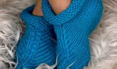 Se opskriften her. Crochet Pattern, Knitting Patterns, Knitted Shawls, Hue, Upcycle, Slippers, Women, Points, Crossover