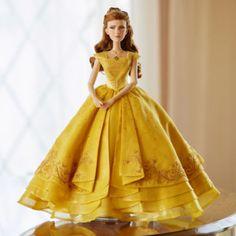 Nuestra muñeca de edición limitada es un hermoso recuerdo del tierno momento en el que Bella baila por primera vez con Bestia en la película La Bella y la Bestia. La muñeca cuenta con un diseño espectacular y espléndidos detalles en el traje.