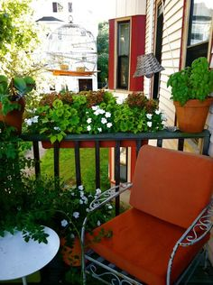 What a pretty idea for a small outdoor area!