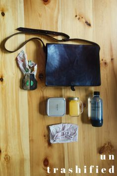 Zero waste essentials in my bag - untrashified Reduce Waste, Zero Waste, Coffee To Go, Green Life, Sustainable Living, My Bags, Sustainability, Eco Friendly, Recycling