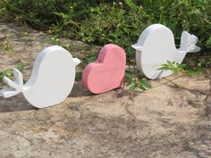 Lindíssimo casal de Pombinhos + coração frabricado em mdf 15mm e acabamento com Pintura alto brilho!!! Você poderá decorar a mesa do bolo ou usá-los como Topo de Bolo!!! Produto sensacional para decoração e para presentear a quem se ama!!! PINTAMOS CORAÇÃO NA COR DE SUA ESCOLHA!! Seja romântica(o) Medidas aproximadas de cada pássaro: 8x12 cm Coração: 7,5 x 7,5 ------------------ Caso seu Bolo possui diâmetro aproximado de 20 cm, faça sua compra pedindo o casal de pombinhos em ...