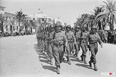 Le 14 mai 1943, tandis que la campagne de Tunisie se termine tout juste, un défilé des troupes alliées a lieu dans Bizerte, reprise par les éléments du 2e corps d'armée américain le 7 mai 1943. Ici, les troupes américaines.