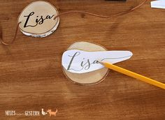 DIY - place cards from wooden discs - Deko Hochzeit - Wedding Wood Themed Wedding, French Blue Wedding, Diy Place Cards, Winter Wedding Decorations, Personalized Christmas Ornaments, Indoor Wedding, Wedding In The Woods, Wood Slices, Wedding Table Numbers