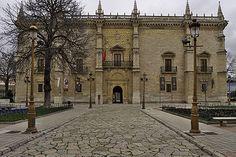37. colegio de Santa Cruz achada ppal. Suele atribuirse a LORENZO VAZQUEZ la iniciación de estos cambios decorativos hacia 1489 según las ideas del cardenal. se le considera el autor De la portada de la fachada del palacio vallisoletano  y también del construido para Antonio de Mendoza en Guadalajara (1507).