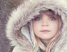 Photo d'enfant. magnifiques yeux bleus. Capuche en fourrure <3