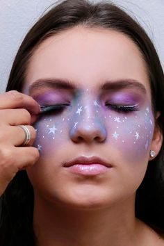 Galaxy makeup ideas are fantastic and are ruling the beauty industry. Are you getting your galaxy-themed makeup look right or need more inspirations? Cool Makeup Looks, Creative Makeup Looks, Cute Makeup, Simple Makeup, Makeup Art, Beauty Makeup, Hair Makeup, Makeup Geek, Makeup Ideas