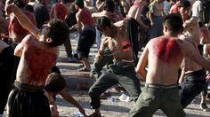 Clarin.com HD  El Día de Ashura es una festividad religiosa islámica que se celebra en el décimo día del mes de muharram, el primero del calendario lunar islámico. Los peregrinos chiitas conmemoran la muerte de su mártir Husein, nieto de Mahoma asesinado en el año 680 por las tropas del califa omeya Yazid. Según la tradición, el imán Husein, muerto junto a otros compañeros en la batalla de Kerbala, fue decapitado y su cuerpo mutilado, lo que los fieles chiitas conmemoran autoflagelándose…