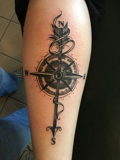 Id e de tatouage fl che avec une boussole en couleur https for To die would be an awfully big adventure tattoo