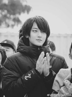 The hair works for him. Asian Men Hairstyle, Asian Hair, Boys Long Hairstyles, Cool Hairstyles, Haikyuu, Guys With Black Hair, Song Wei Long, Androgynous Hair, Zi Tao