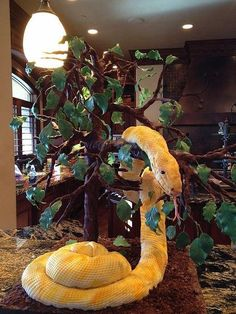 Bermese Python in Tree Cake ~ The tree is PVC pipe and wire covered in modeling chocolate with gumpaste leaves. So freakin cool! Fondant Toppers, Fondant Cakes, Cupcake Cakes, Cake Pics, Cake Pictures, Gorgeous Cakes, Pretty Cakes, Snake Cakes, Farm Cake