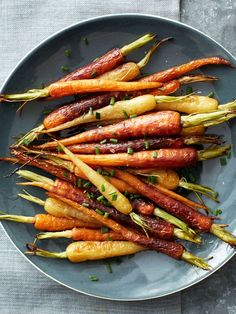 Get Food Network Kitchens Roasted Rainbow Carrots Recipe from Food Network Roasted Carrots, Roasted Potatoes, Glazed Carrots, Cheesy Potatoes, Food Network Recipes, Cooking Recipes, Healthy Recipes, Gastronomia, Dinner Ideas