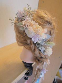 本物のお花からつくられ、リアル感とやわらかさのあるプリザーブドフラワー。やわらかいパステルカラーでおまとめしたヘッドドレスとヘアパーツのセットです。ナチュラル・カジュアルウェディングの花嫁様におススメです◎パーツをたっぷりご用意したので、どんなヘアスタイルでもお楽しみ頂けます◎ヘッドドレス(お花部分) 6cm×16ヘアパーツ 12本※プリザーブドフラワーは大変繊細なため、配送中に小花の落下や、装着時に痛めてしまうことがあります。そのためヘアパーツは予備で多めにお入れしております。予めご了承下さいませ。-------------------------- ウェルカムスペース/ウェルカムフラワー/ウェディングアイテム/ウェディングドレス/ウェディングブーケ/クラッチブーケ/リボン/ウェルカムボード/オーダーメイド/ウェディングヘア/ヘッドドレス/フラワーパーツ/ヘアパーツ/花束/和装/ブートニア/リスレット/リストレット/花冠/はなかんむり/flower crown/和装ヘッドドレス/