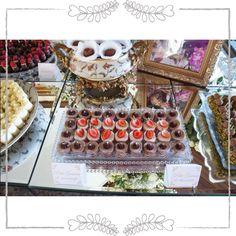 Petit Gateau de Morango e de Chocolate  Além de serem incrivelmente deliciosos, deixam a mesa com um colorido lindo!  Conheça mais os doces do Atteliê no nosso site www.atteliededocesfinis.com.br !  #docesfinos #atteliededoces #carolinadarosci #sobremesa #docinhos #casamento #eventos #artesanal #feitoamao #docesgourmet #florianopolis #sweettooth #petitgateau #morango #chocolate #santacatarina