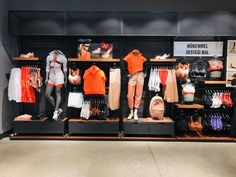 Clothing Store Interior, Clothing Store Displays, Clothing Store Design, What To Wear Fall, Showroom Interior Design, Visual Merchandising Displays, Store Layout, Retail Store Design, Sports Shops