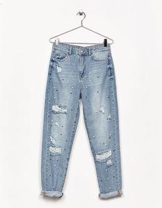 Jeans Mom Fit perlas y rotos. Descubre ésta y muchas otras prendas en Bershka con nuevos productos cada semana